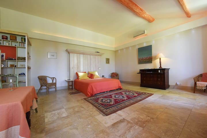 Private luxuous   bedroom in little CAMARGUE