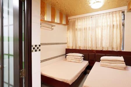 Eric_Quadruple room with privatebat