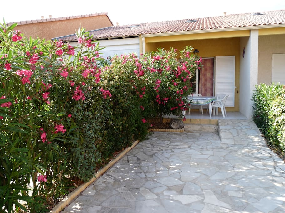 emplacement et terrasse fleurie