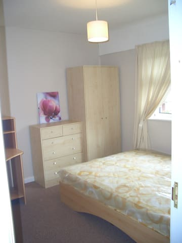 Large room (for 1 or 2) near Uni of Notts and QMC