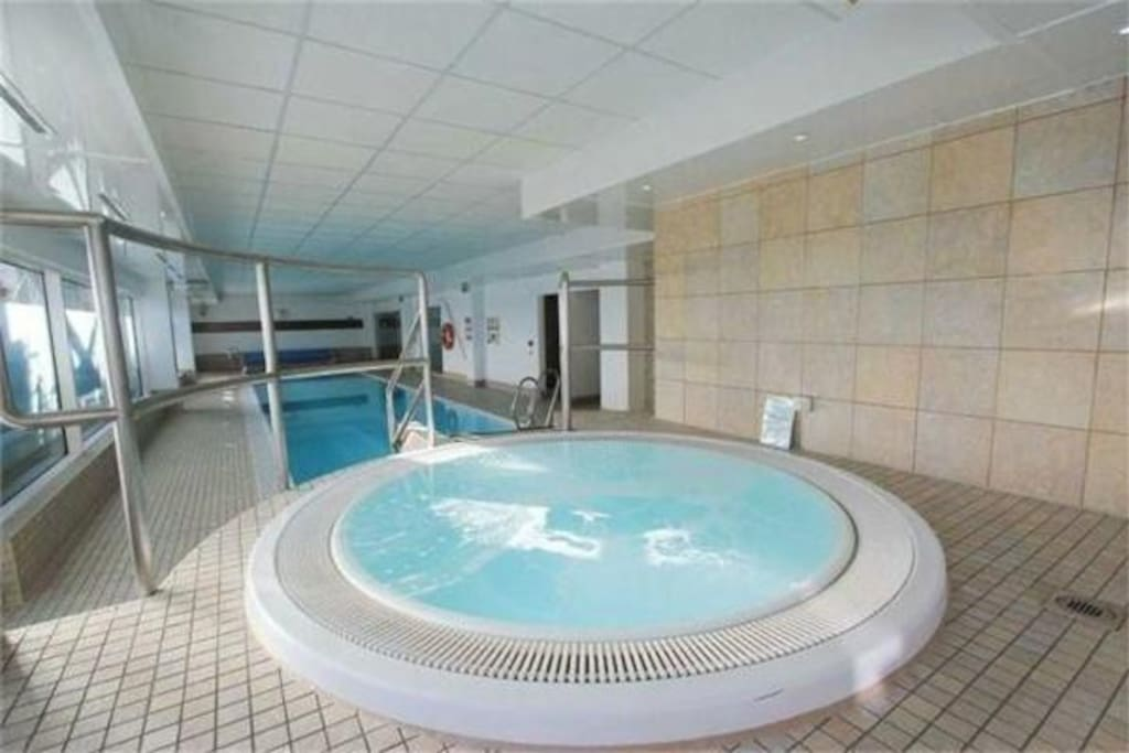 Leisure suite with pool, hot tub, sauna and steam room