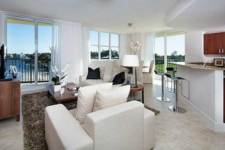 Luxurious Waterfront Condo with Pool, Spa, Gym - Boynton Beach