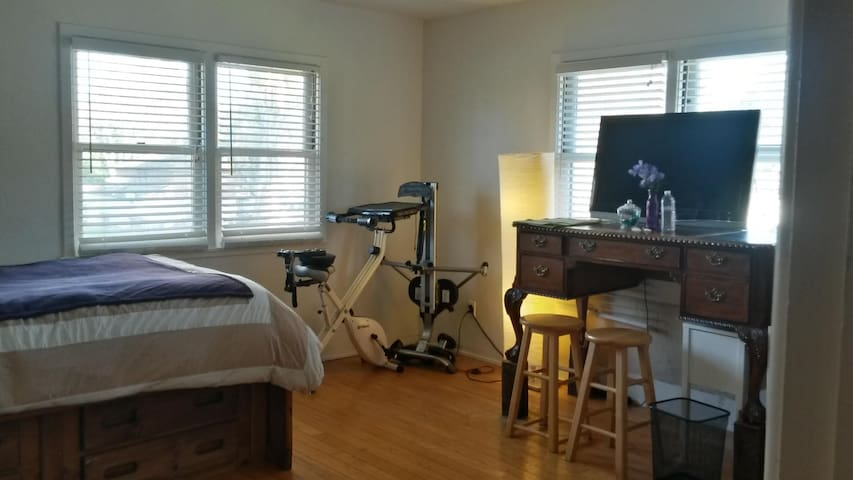 Clean and Comfy Bedroom w/attached Private Bath. - Vallejo