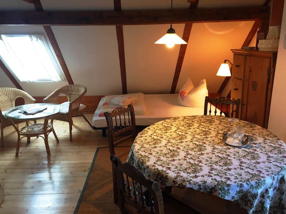 Esstisch mit Platz für 4 Personen und ein gemütliches Bett des Einraum-Appartements
