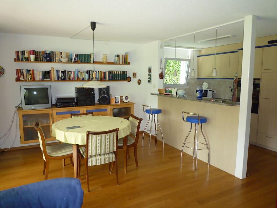 Wohn- und Essbereich mit angrenzender Küche