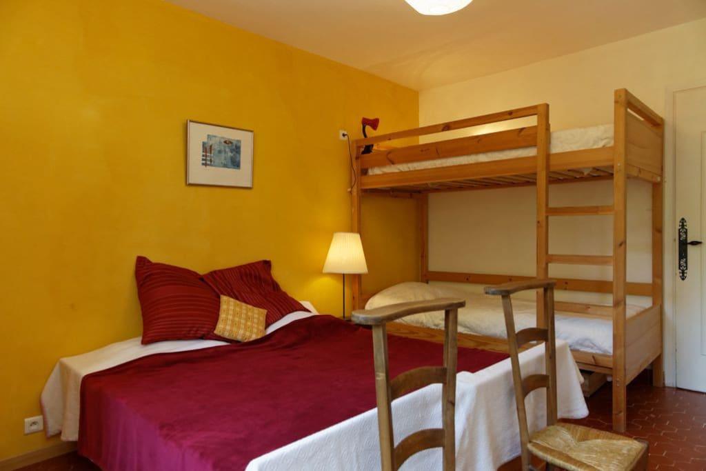 chambre 2 lits 80x190 et 2 lits superposés 90x200