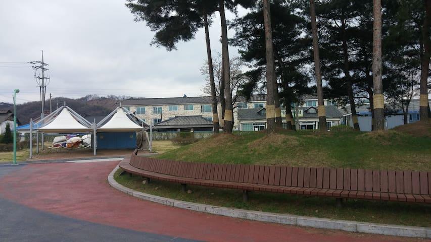 아트빌.  요양과 힐링의 명소, 중앙탑공원과 탄금호를 감싸다 - Chungju-si