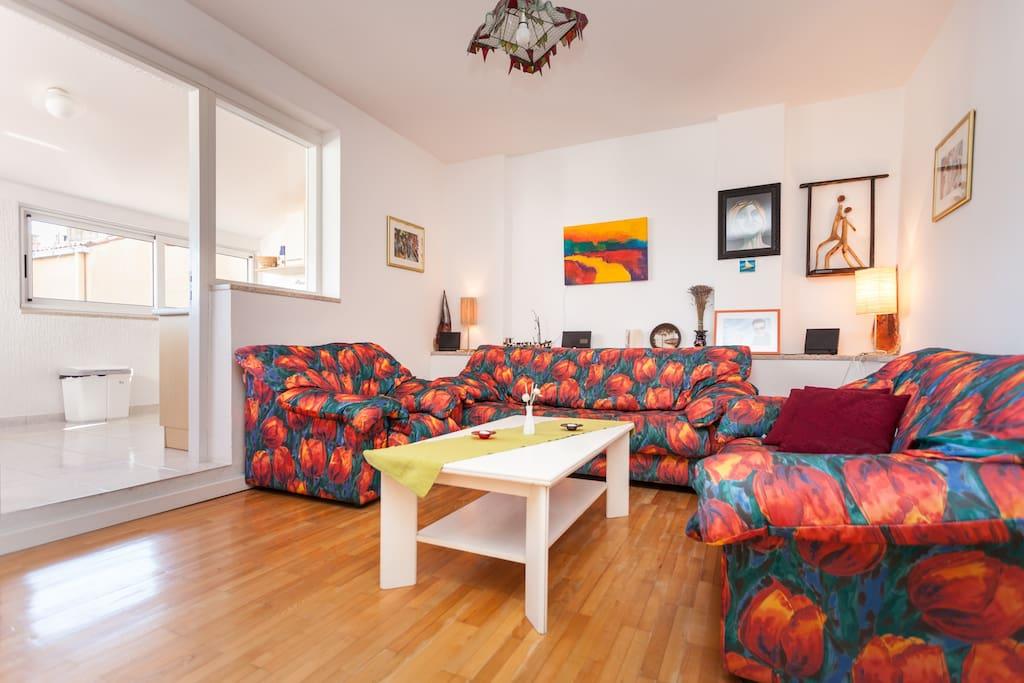 Ein bequemes Wohnzimmer mit Sat-TV und CD-Player, Aircondition; Internetanschluss Welan