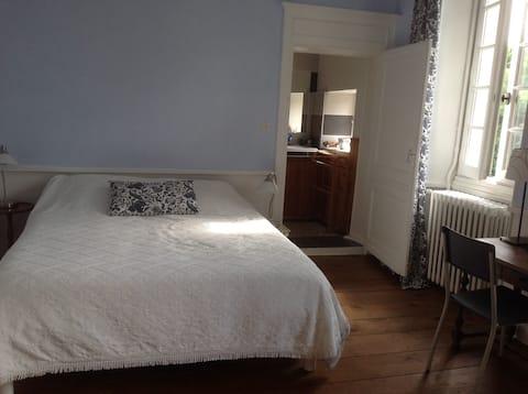 Chambre accueillante et lumineuse