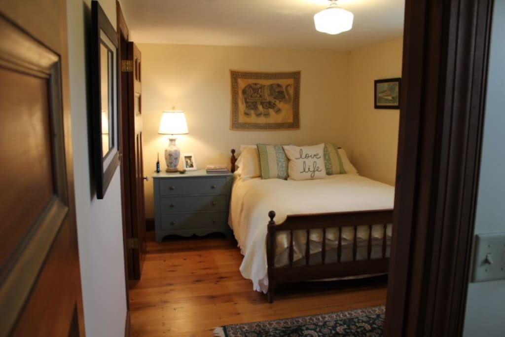 Sonador Room: small bedroom with 1 full bed and private bathroom with tub/shower