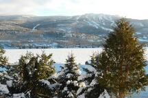 Vue en hiver avec le Mont-Tremblant en avant. View with Mont-Tremblant just in front.