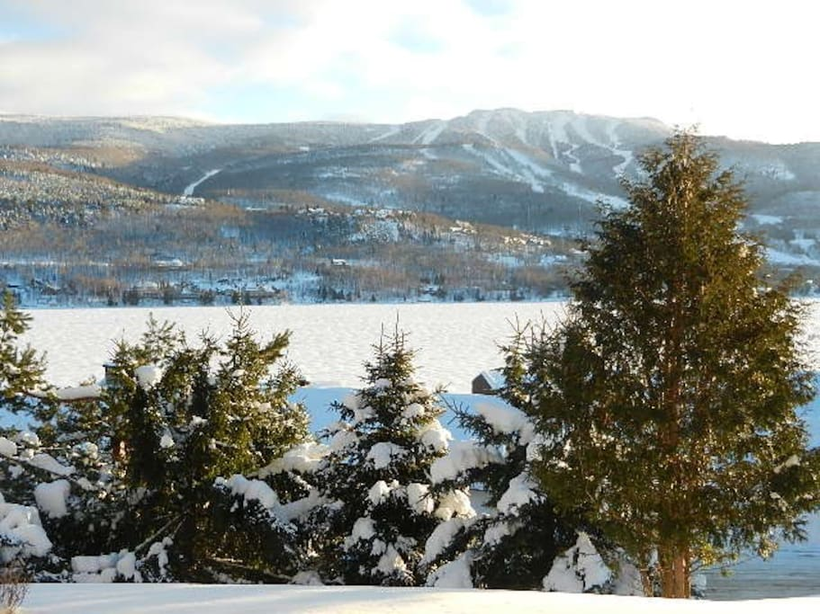 Vue en hiver avec le Mont-Tremblant en avant. View with Mont-Tremblant just in front.