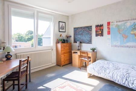 chambre claire proche des comoditée - Plouisy - Bed & Breakfast