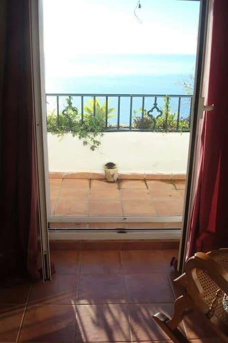 Esta maravillosa casa tiene las mejores vistas en las Habitaciones puedes ver el  mediterraneo espectacular.