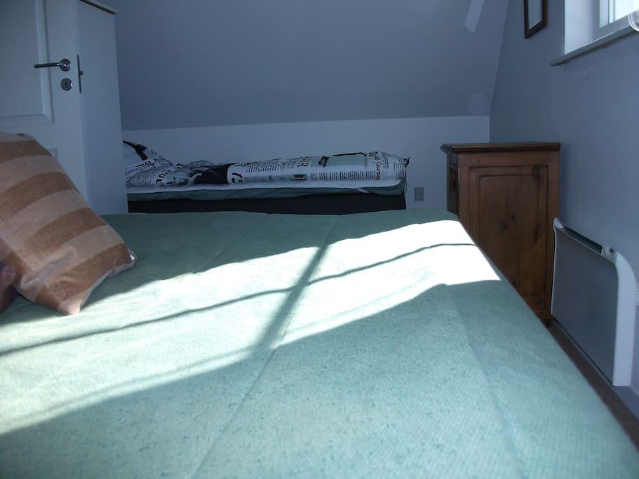 Det grønne område er to box-madrasser sat sammen + der ses en enkelt i baggrunden.