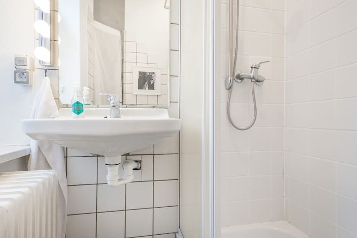 Lots of hot water pressure, luxury  extra large towels, shampoo, shower cream, powerful ionic hair dryer