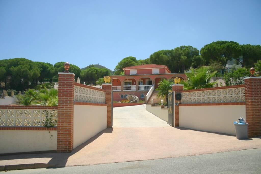 Autre photo de la villa vue de la rue.