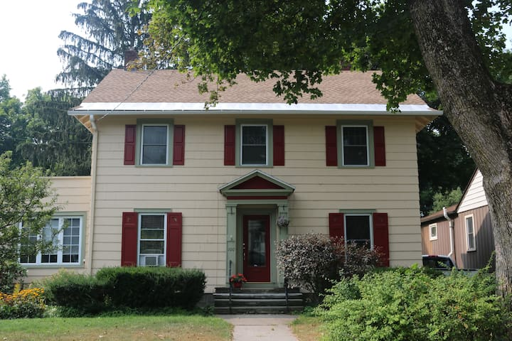 Maggie's Boarding House - Cortland - House