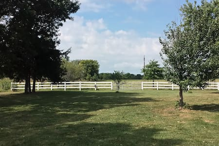 New, Quiet, above garage apartment - Harrisonville - 公寓