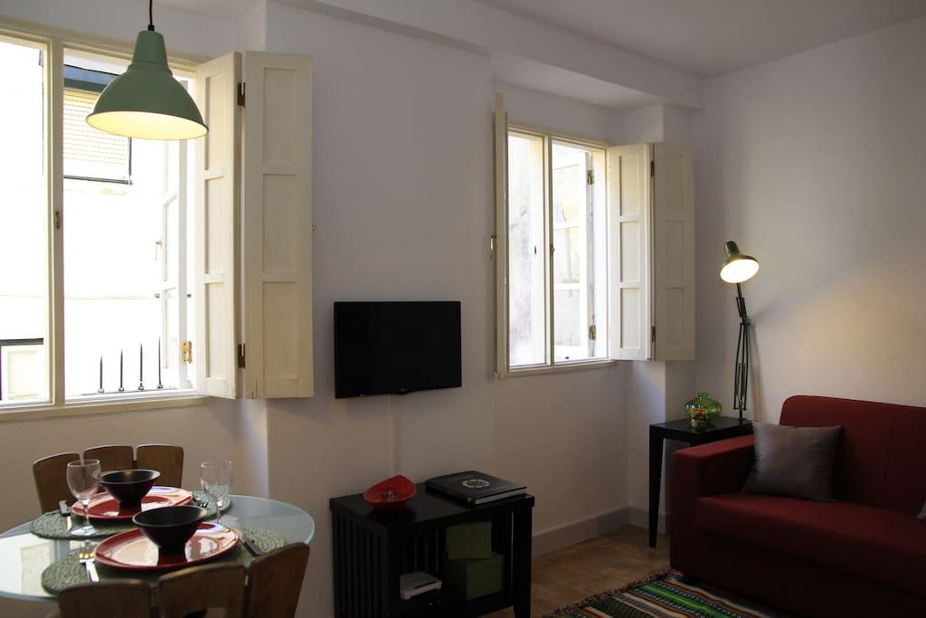 Sala estar , TV, e mesa de refeições