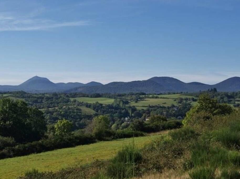 Un Gîte au cœur des volcans d'Auvergne entre Massif du Sancy et chaîne des Puys. A 15 minutes de Vulcania, Lemptégy , le Puy de Dôme et du Lac du Guéry.