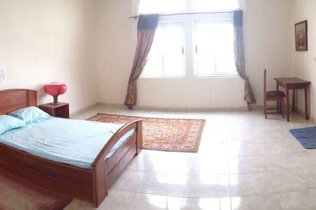 Chambre A dans une grande villa - Cotonou - Bed & Breakfast