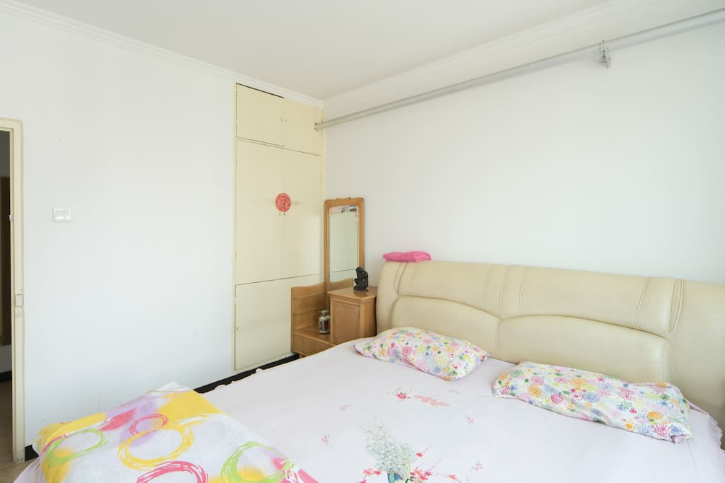 The bedroom for booking, with a king size bed,  a bed table,    a dressing table with mirror, A/C and a desk for writing/laptop.待预订的卧室,包括一个最大号的床,一个带镜子的梳妆台,一个床头柜,空调和一个电脑桌