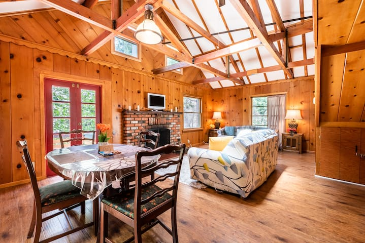 Romantic/Family Charmer Storybook Cabin-Lake 1 mi