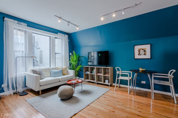 Walk to Everything! Lively Wicker Park Studio