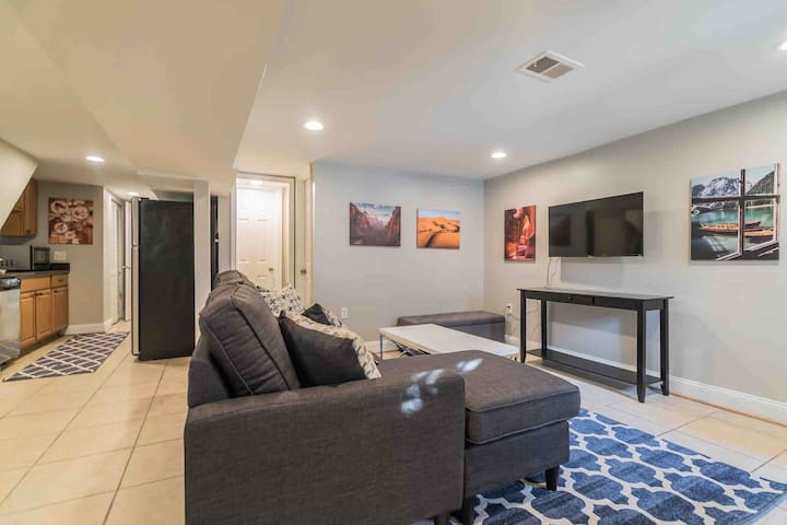Private Rowhouse Apartment  ★ Metro Access/Parking