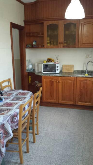Cocina y puerta de despensa