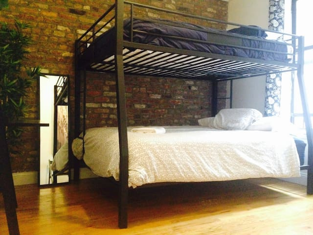2 BEDS - INCREDIBLE LOCATION - 1 STOP TO MANHATTAN