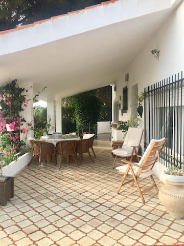 Espectacular Chalet con vistas, piscina y jardín.