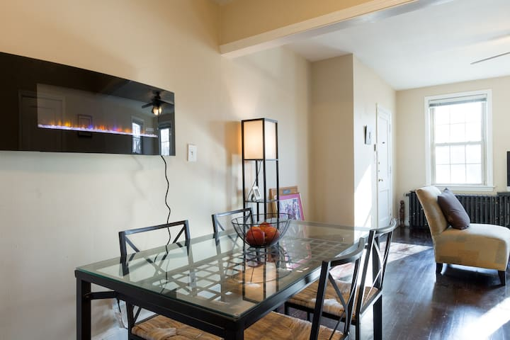Cozy apartment-free parking-easy access to DC.