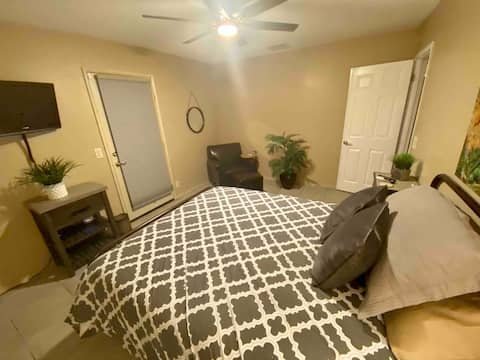 Private room (G) in Ridegecrest w/ access outside
