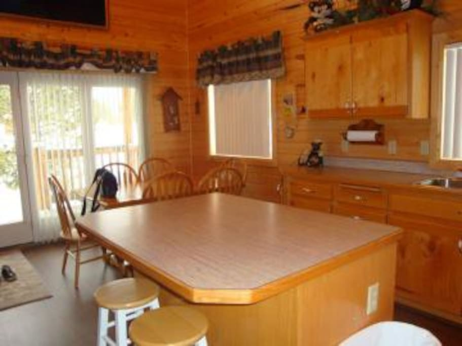 Dining table seats 6 with 2 more seats at the kitchen island