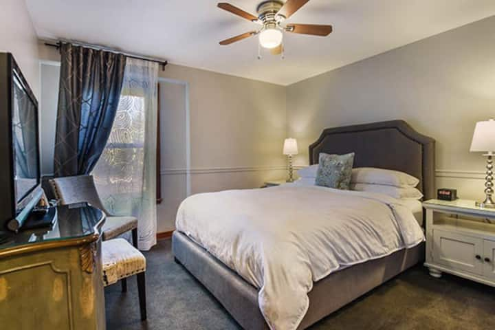 Wild Iris Inn - Queen Guestroom