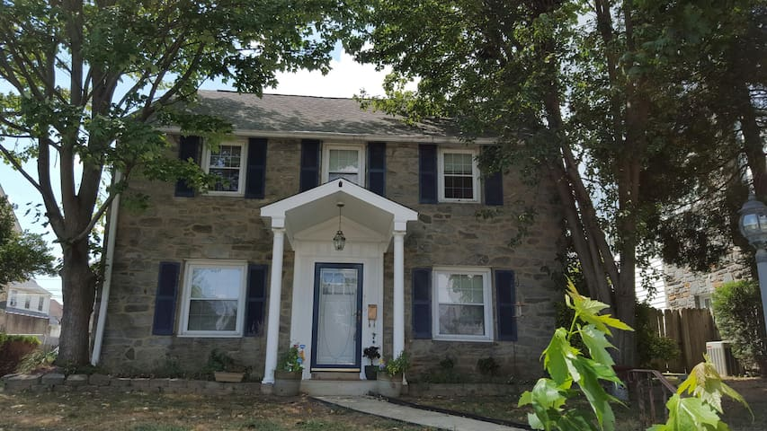 Family and Pet Friendly Colonial - Upper Darby - Casa