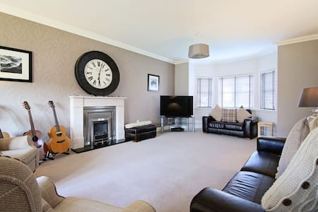 Luxurious 5 Bed Family Home - Glasgow - Casa
