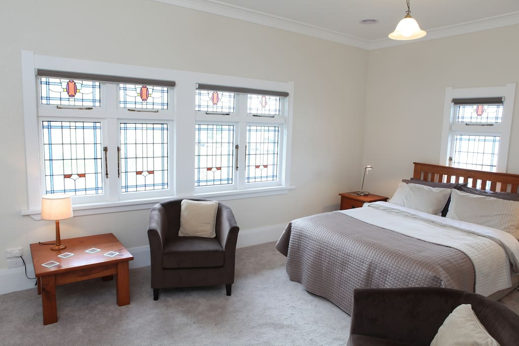 The Oaks room features Queen bed, ensuite, freeview TV. tea/coffee, reading lamps, hairdryer, electric blanket, robes. Overlooks Victoria Park.