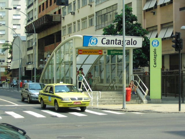 Metrô Cantagalo one block a way