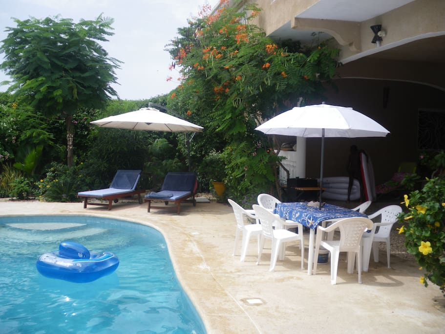 Table et chaises pour déjeuner au bord de la piscine
