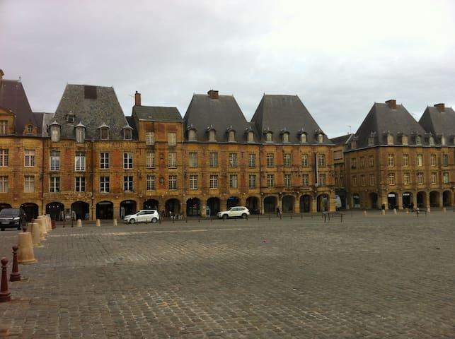 Appartement ancien sur Place Ducale - Charleville-Mézières - Byt