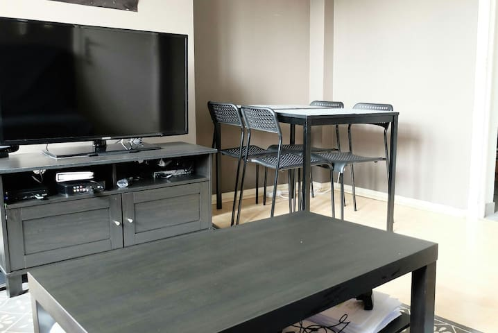 Private room in a 2 room apartment next to Flagey