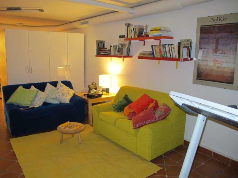 Sala de ocio para los huespedes , a lado las habitaciones MADERA y BLANCA.