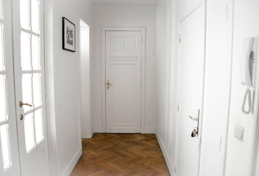 l'entrée de l'appartement, the entrance of the appartement