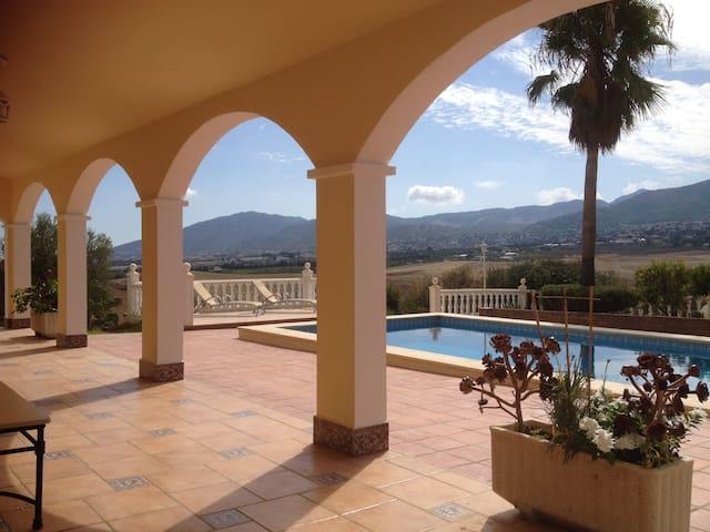 Preciosa y amplia villa de lujo para 6 p. con pisc - Alhaurín de la Torre - Casa