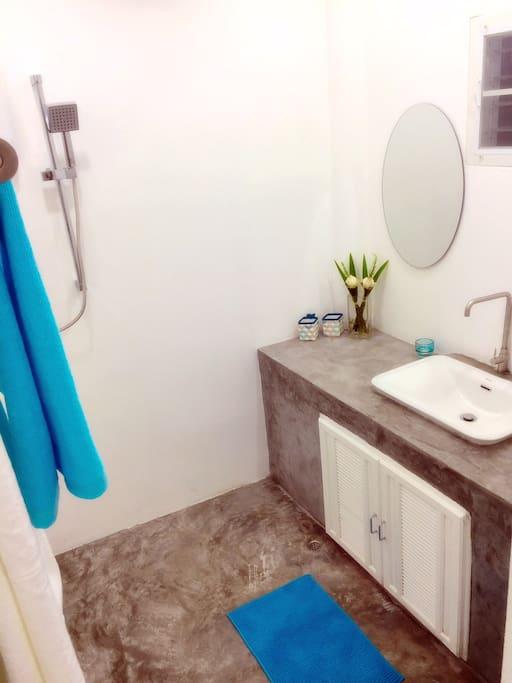 Salle de bain privative avec douche et WC séparé