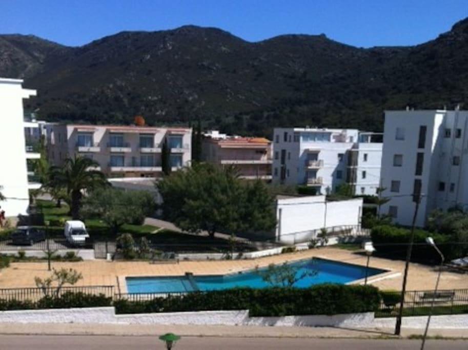 Chambre principale - Vue piscine, montagne et résidences.