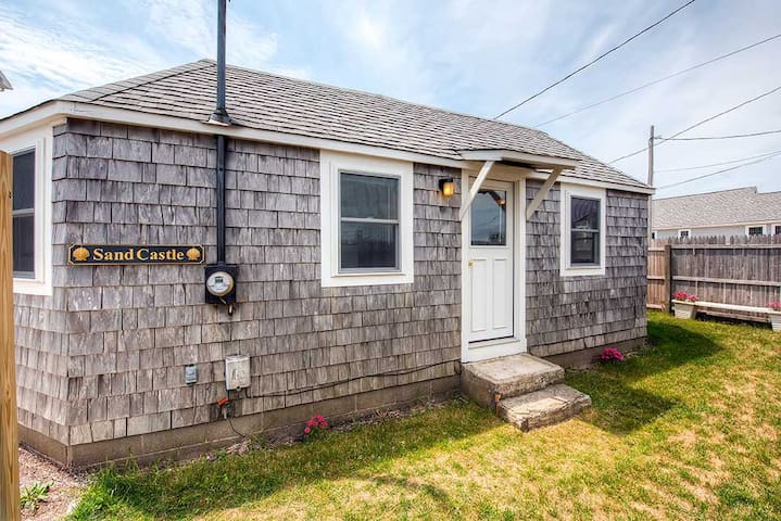 Quaint 2BR Wakefield Beach Cottage - South Kingstown - Haus